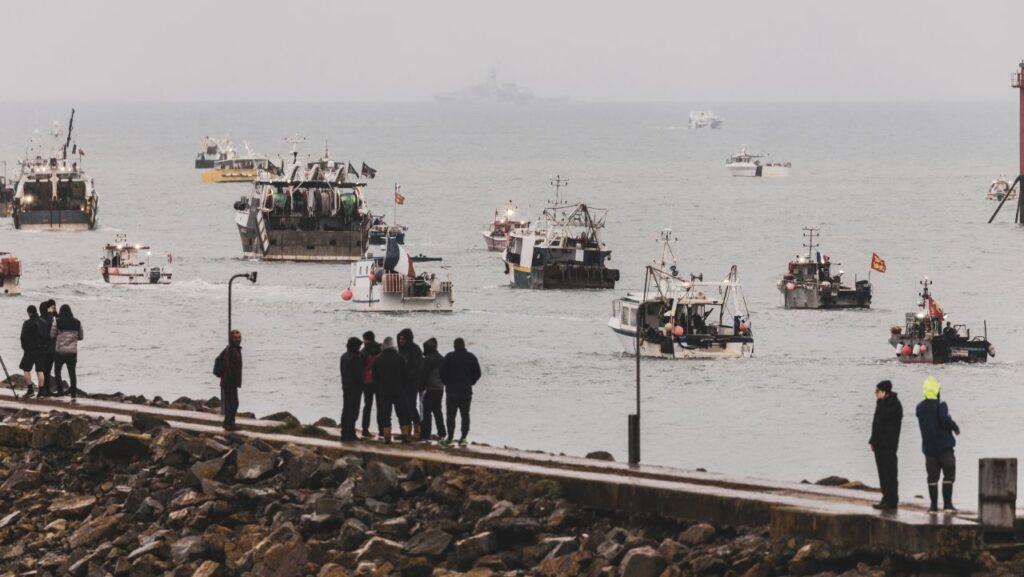 Pescherecci francesi al porto di Jersey