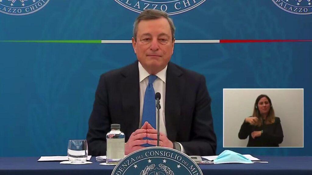 Mario Draghi illustra la bozza del nuovo decreto Covid