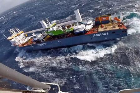 La nave norvegese rischia l'affondamento