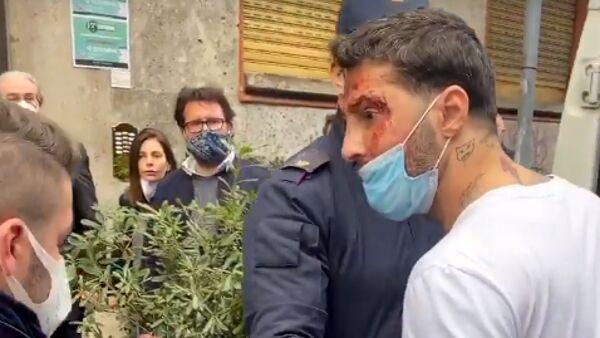 Foto di Fabrizio Corona durante l'arresto della polizia