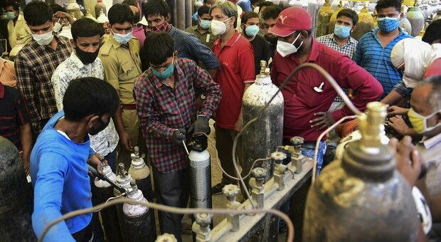 India operatori che sistemano bombole di ossigeno