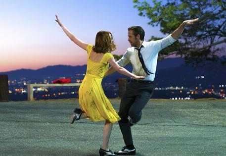 Rayan Gosling ed Emma Stone ballano a ritmo di musica pop in La La Land