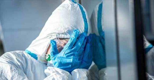 Foto di un operatore sanitario sotto stress