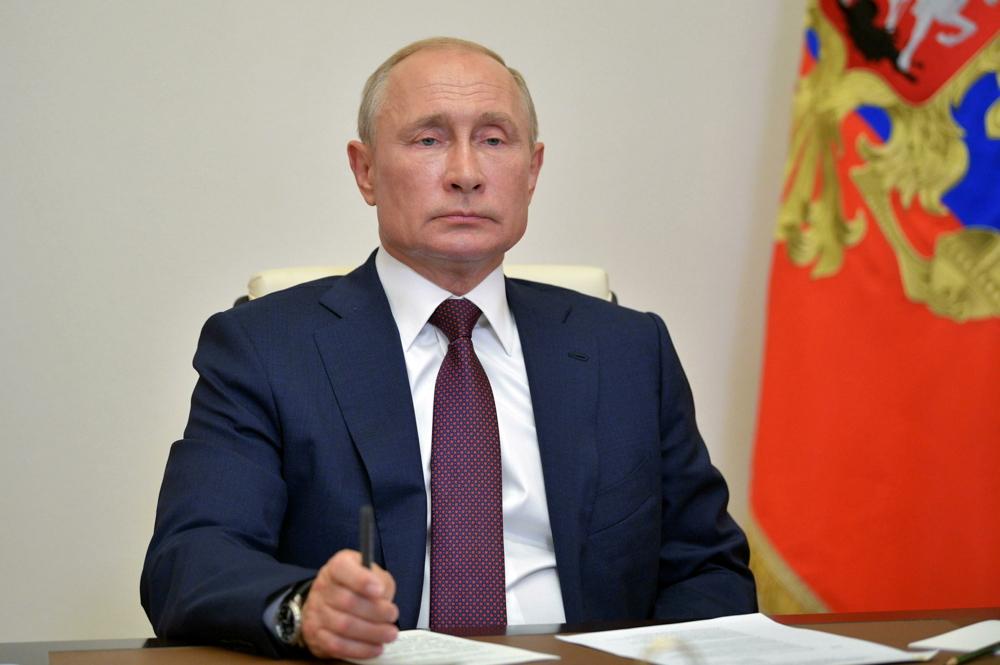 Il presidente russo Putin alla sua scrivania