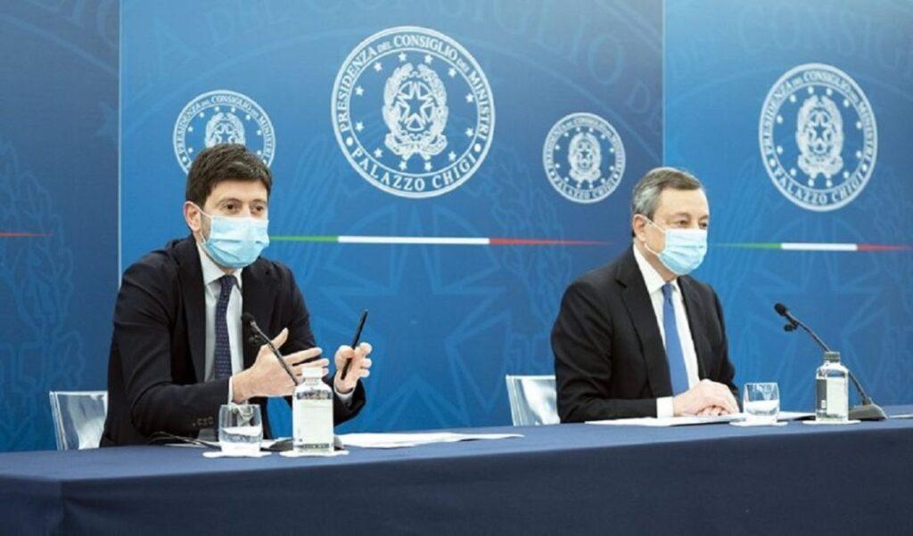 Foto di Roberto Speranza e Mario Draghi in conferenza stampa