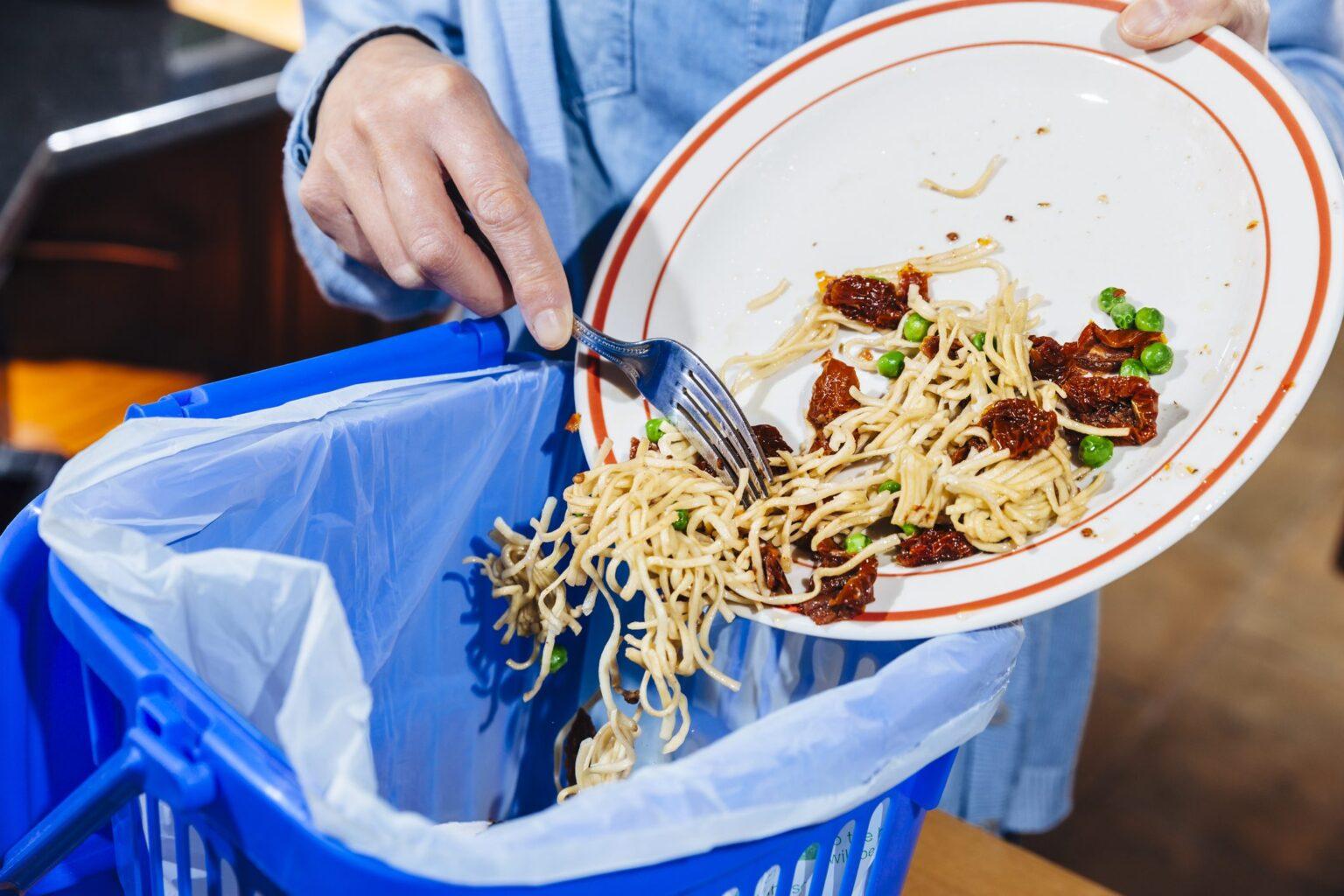 foto di un primo piatto buttato nella spazzatura