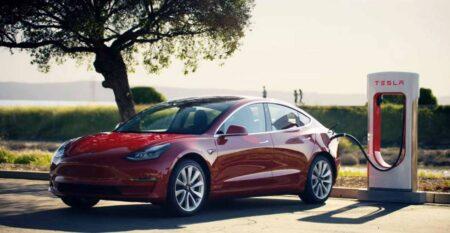 La Tesla Model 3 in ricarica