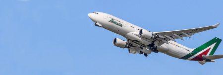 Un aereo di Alitalia in fase di atterraggio