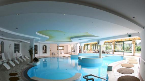 Foto di piscina inutilizzata causa Covid-19