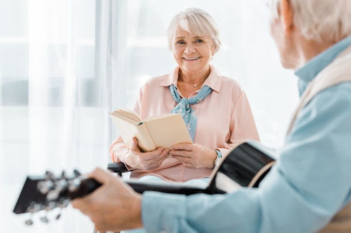 anziani che fanno musicoterapia