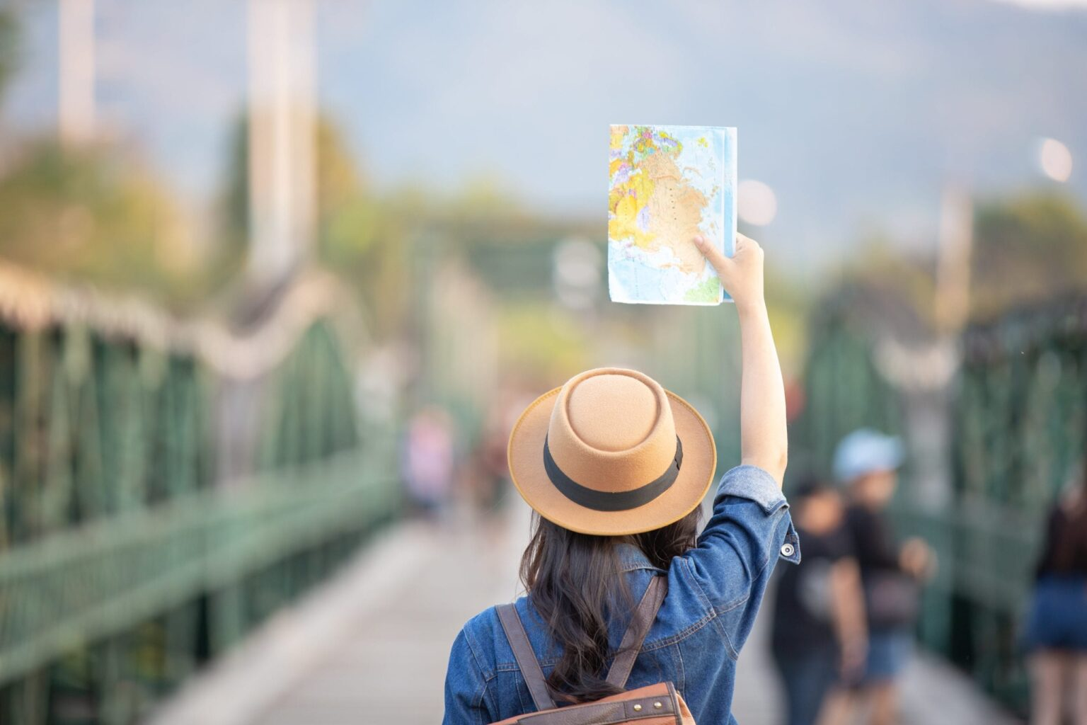 Turista con una mappa